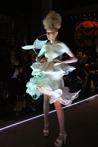 Fabrican: direttamente sulla pelle lo spray diventa un vestito