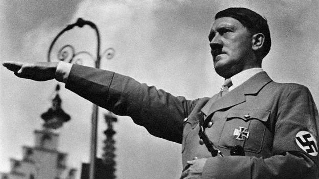 """""""Mein Kampf"""" di Adolf Hitler: ripubblicato il temuto libro e va a ruba in ogni parte del mondo"""