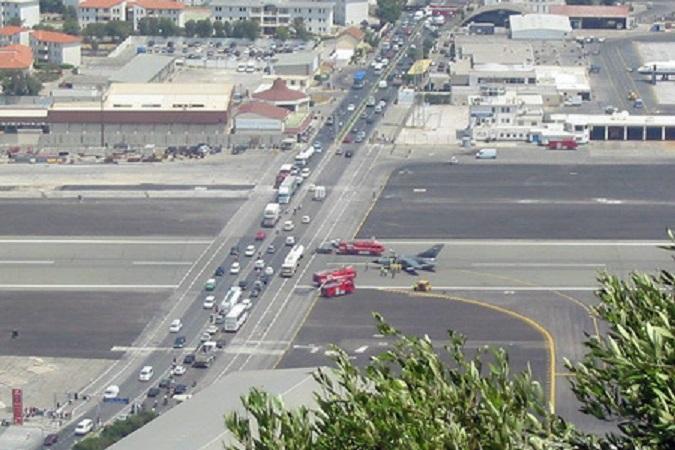 Aeroporto Gibilterra : Gli aeroporti più pazzi del mondo gibilterra e aerei