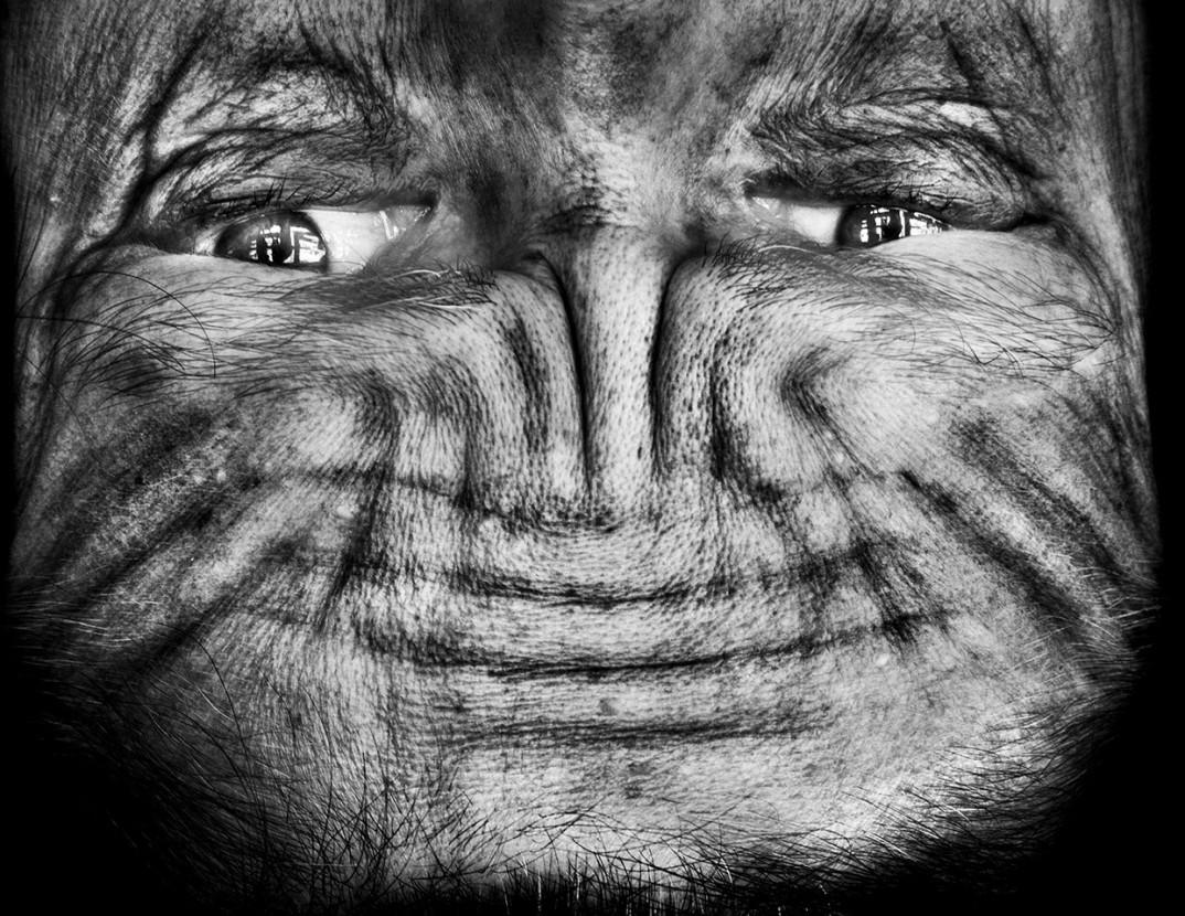 """""""Alienation"""" dell'artista sudafricana Anelia Loubser: ritratti a testa in giù che cambiano la prospettiva"""