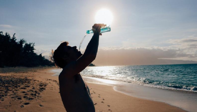 Acqua: quanta berne in estate e perché è importante per pelle e occhi