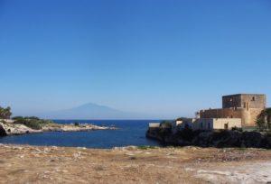 Brucoli Castello - sullo sfondo l'Etna