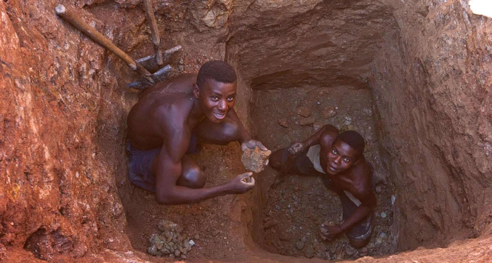La mafia capitalista e lo sfruttamento: i bambini africani per estrarre e quelli cinesi per assemblare