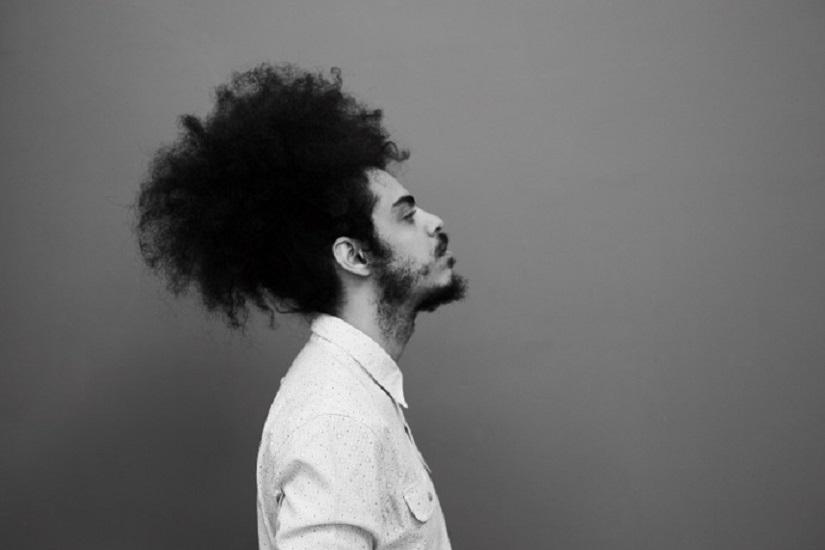 """""""Nessuno mi sente"""": il video che anticipa l'album """"Straniero"""" di Davide Shorty: l'alienazione che affligge l'uomo moderno"""
