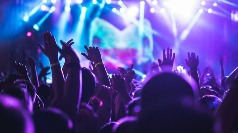 Adolescenti fra musica e miti: la discoteca è diventata un palco per balli solitari