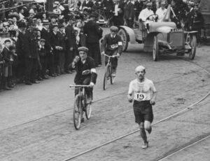 Dorando Pietri durante la maratona olimpica di Londra (Hulton Archive/Getty Images)