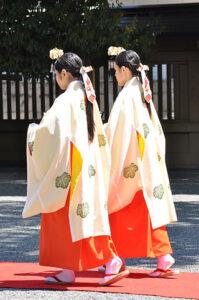 Due giovani miko in tenuta cerimoniale - Photo by Wikipedia