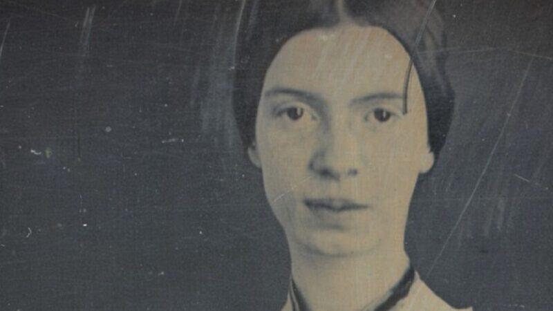 """""""Sarei forse più sola"""", poesia di Emily Dickinson: il volontario isolamento dal mondo"""