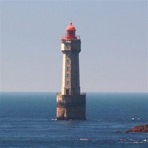 Faro dello Jument visto dall'isola di Ouessant - Photo by Wikipedia