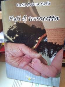 """Figli di terracotta"" di Katia Debora Melis: genesi di una generazione precaria in cui la poesia è scandalo"