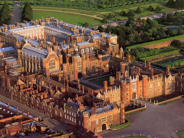 Hampton Court e le sue storie di fantasmi e crudeltà sulla regina Catherine Howard