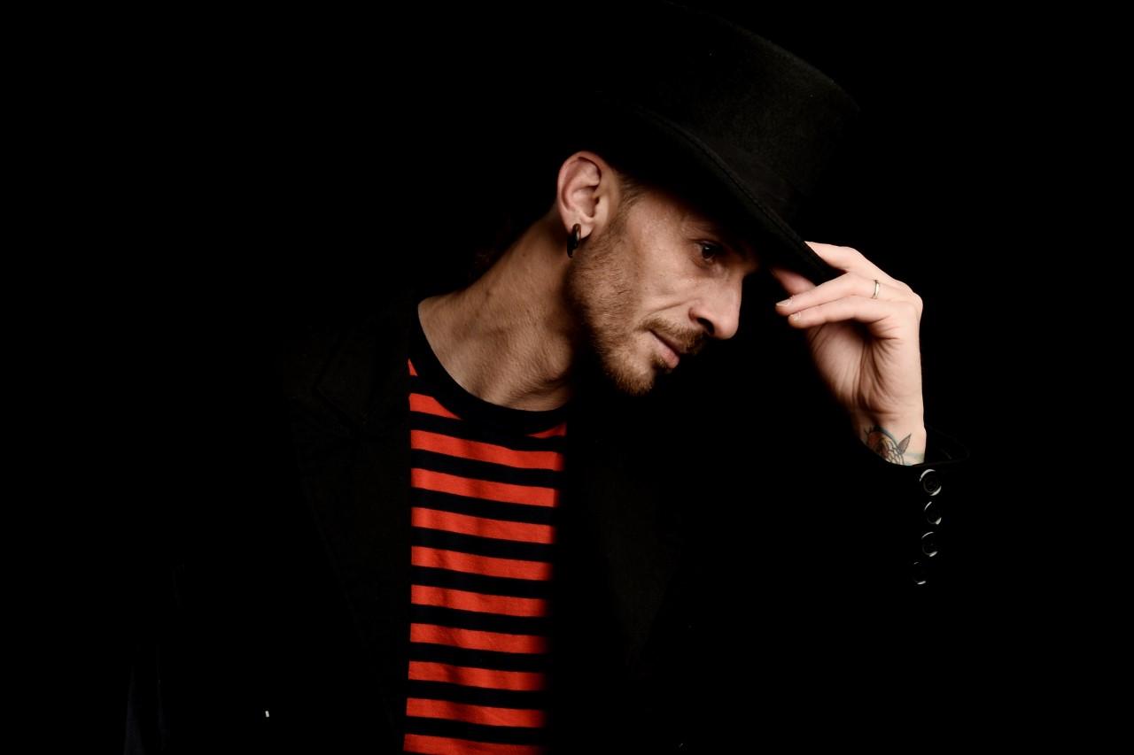 """""""Lo stupido che canta"""" de Il dEli: debutto da cantautore per il poliedrico artista piemontese trapiantato in UK"""