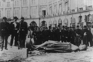 La statua di Napoleone abbattuta dai comunardi il 16 maggio 1871