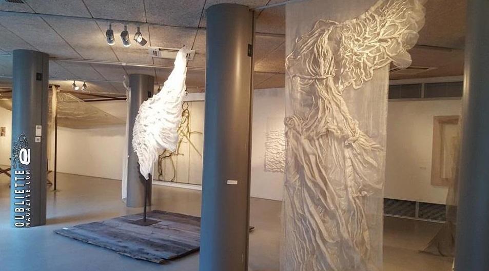 """""""Levità"""" di Leda Guerra: i tessuti diventano sculture, sino al 22 maggio 2016 in Galleria Cavour a Padova"""