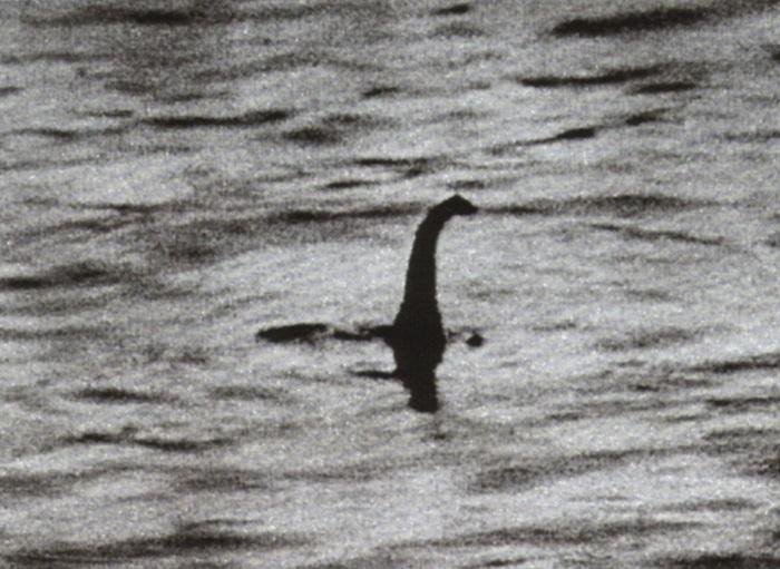 La storia delle fotografie false di Nessie, il mostro di Loch Ness