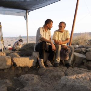 Marcello Fidanzio con il collega Mordechai Aviam sullo scavo di Tel Rekhesh
