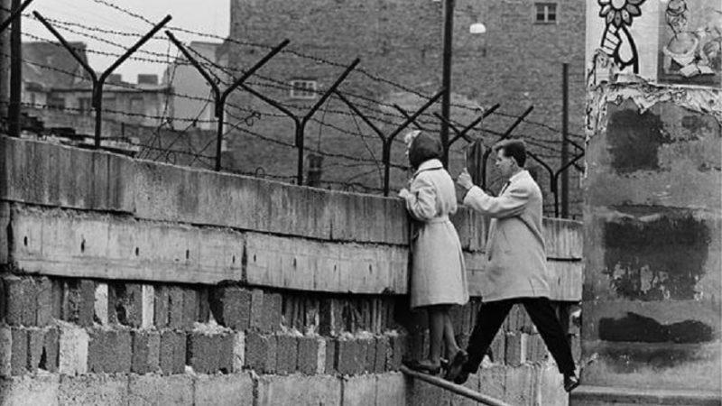 La caduta del muro di Berlino simbolo del crollo del comunismo sovietico: come e perché è nata l'idea di innalzare un muro