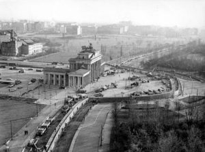 Muro di Berlino davanti alla porta di Brandeburgo - 1961 - Photo by Presse- und Informationsamt der Bundesregierung