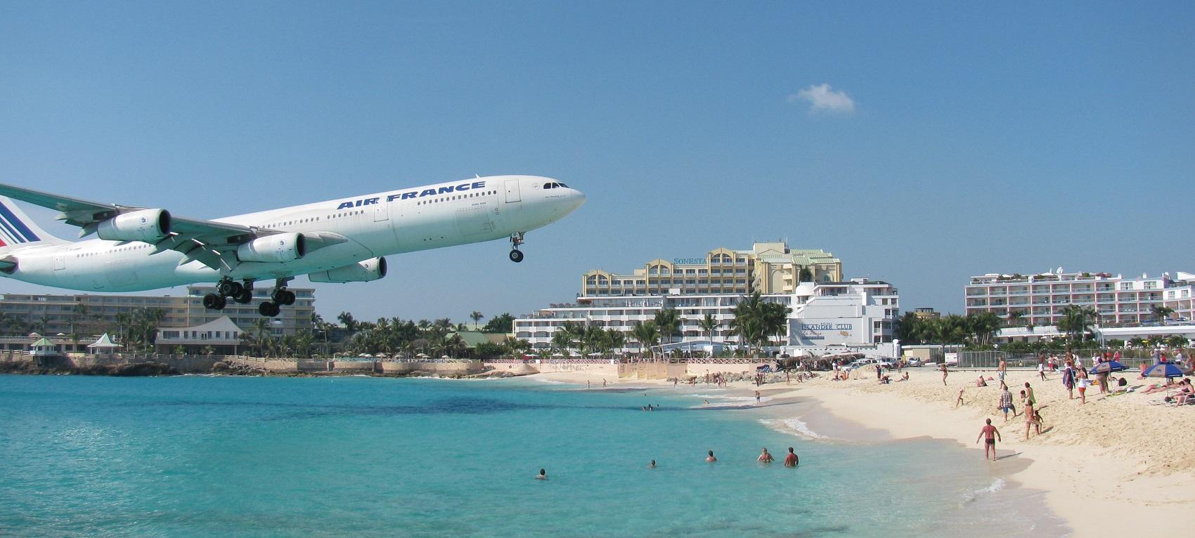 Gli aeroporti più pazzi del mondo: Sint Maarten e gli aerei che sfiorano i turisti in spiaggia