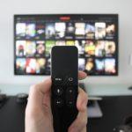 La televisione è il media preferito dagli italiani, ma aumenta l'uso di smart tv e streaming
