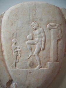 Un giovane che gioca con la palla. Parte di stele tombale marborea, rinvenuta nel Pireo, databile 400-375 a.C.