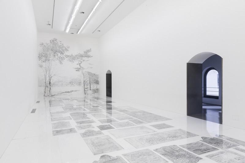 """""""At the end of the line"""" di Andrea Mastrovito: i carboncini di pietre tombali in mostra sino al 26 maggio, Bergamo"""
