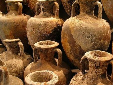 Bosa: trovati dalla guardia di finanza 31 reperti fra anfore e vasellame in sacchi dell'immondizia
