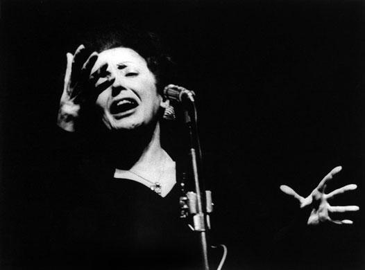 Carriera, amore ed amicizia: il genio e la sregolatezza di Édith Piaf