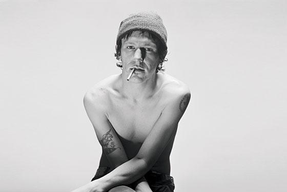 Retrospettiva sul cantautore Elliott Smith: sprofondare nell'oblio di una lama fredda e metallica