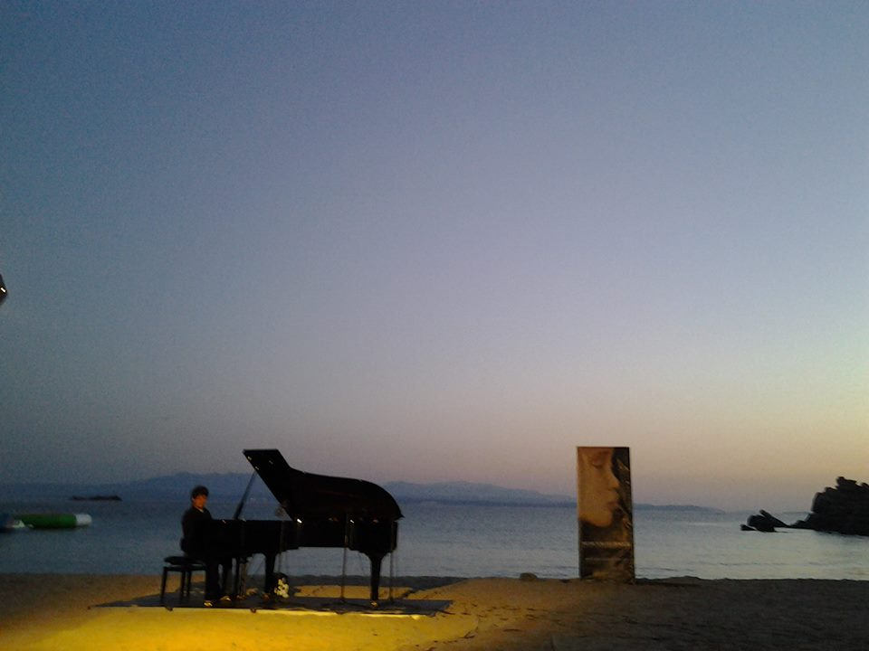 """Terza giornata di """"Musica sulle Bocche"""" ed il concerto all'alba di Enrico Zanisi sulla spiaggia di Rena Bianca"""