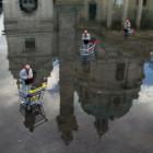 """Isaac Cordal ed il suo progetto """"Cement Eclipses"""": omini tristi inglobati dal cemento"""