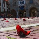 Bergamo, Zapatos Rojos e Confianza: Piazza Vecchia in rosso contro la violenza sulle donne